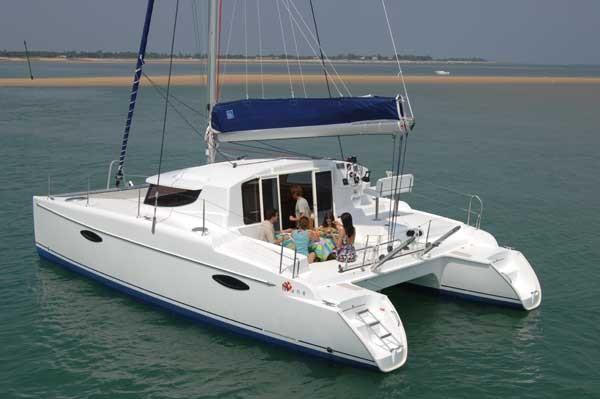 Noleggio charter catamarano con catamarano mahe 36 3 for Catamarani di lusso